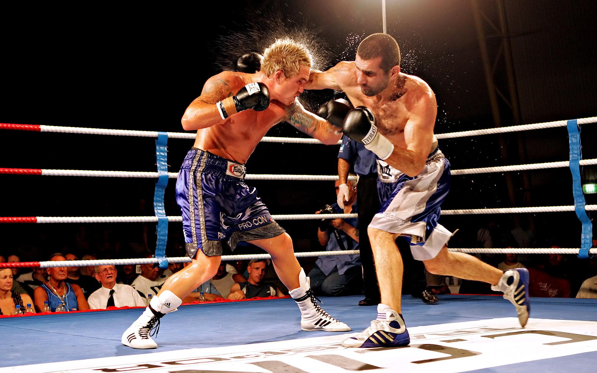 Спорт бокс ринг мужчины удар